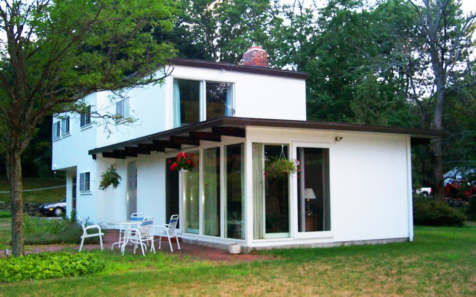This home in Holden, Massachusetts is a Bauhaus design by Dan Kiley.